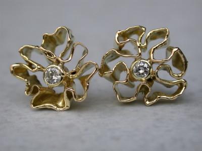 18karaat  gouden oorbellen met diamant organische vorm. Afbeeldingen atelier12hoven arnhem