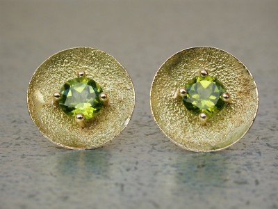 18kr gouden oorbellen met olivijn peridot afbeeldingen handgemaakt edelsmid goud en zilver smid