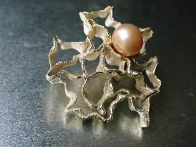 Broche zilver ,met  goud afbeelding  met zoet water parel arnhem (2)