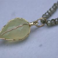 Zircoon collier ,met hanger chalcedoon gezet in 18 karaat gouddraad.