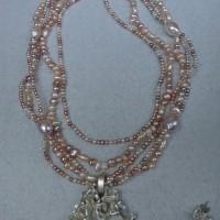 Zoetwaterparels met zilveren rooshanger. afbeeldingen. arnhem