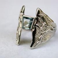 aquamarijn steen witgouden ring met structuur
