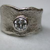 basisring met structuur wit goud gematteerd met een karaat diamant