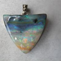 exclusieve opaal hanger met diamanten gezet in witgoud design ontwerp.