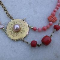 fantasie collier samen gesteld van oude sieraden . Met bloedkoraal en zoetwater parels