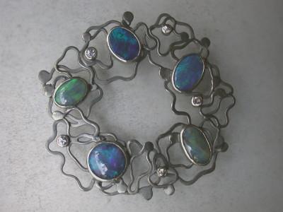 gezwart zilver gebeitst zilver met diamant en opalen speciaal ontwerp.