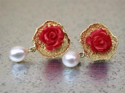 gouden oorbellen met bloedkoraal roosjes en zoetwaterparel. Afbeeldingen arnhem atelier twaalfhoven