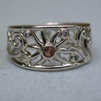 gouden ring van goud met bloem afbeelding witte en bruine diamant
