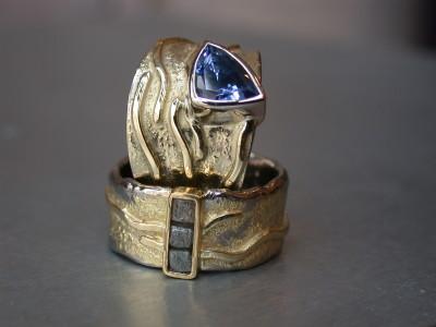 gouden trouwringen met blauwe saffier en ruwe diamant wit en geel goud