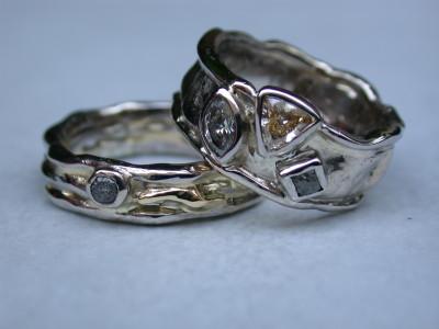 huwelijks ringen trouwringen wit en geel goud met ruwe diamant gele diamant