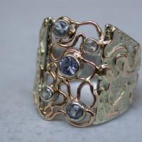 ring met saffieren saffier roodgoud draad uniek ontworpen