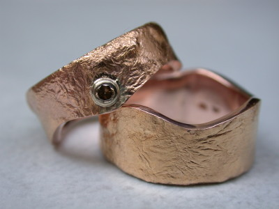 roodgouden trouwringen met bruine diamant briljant slijpsel.