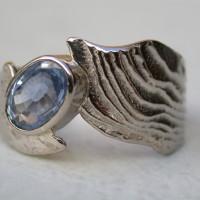 symbolisch sieraad uniek ontwerp bijzondere gelegenheid witgoud met saffier