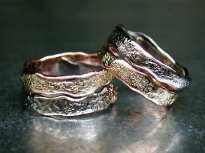 trouw ring ringen twee kleuren goud wit met rood structuur