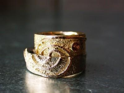 trouwringen drie kleuren goud met gekleurde saffier, met structuur.