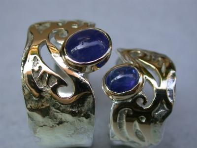 trouwringen zilver goud ingesmolten met patroon met blauwe saffieren