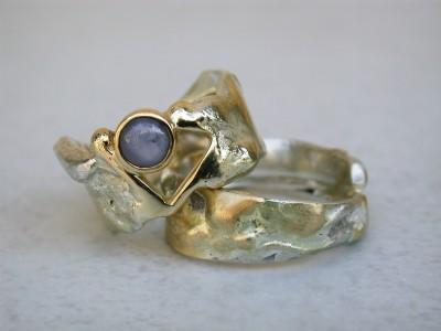 trouwringen zilver met goud gecombineerd met ster saffier.