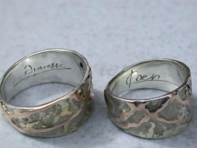 trouwringen zilver met goud met handschrift gravure