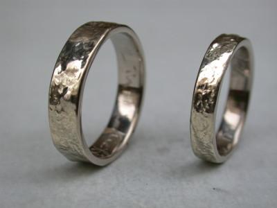 witgouden trouwringen relatie ringen met structuur.