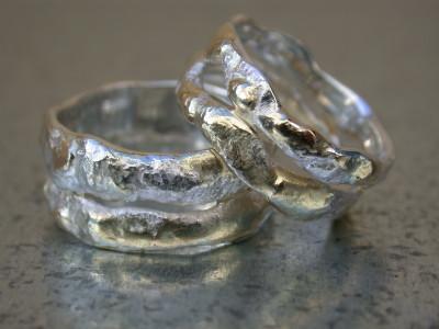 zilver ingesmolten met geelgoud trouwringen ringen organische naturalistische stijl